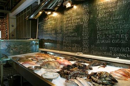 В рыбном ресторане есть даже такая витрина с рыбой