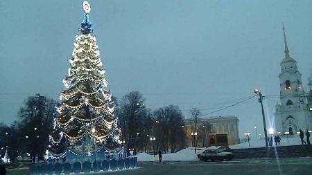 Елки на площадях появляются еще в середине декабря