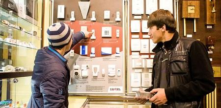 продавец в магазин электрики