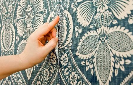 Текстильные обои легко наносить на стены