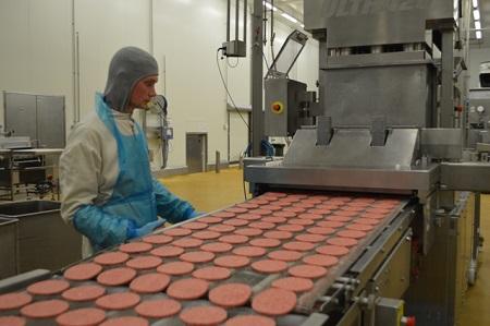 Рабочий на производстве полуфабрикатов