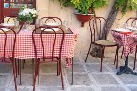 Из мебели понадобится пара столов со стульями