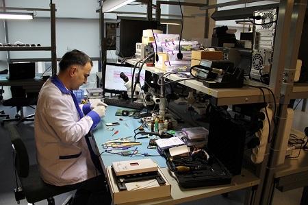 Мастер по ремонту техники за работой