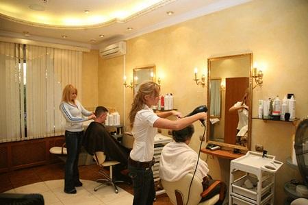 Для парикмахерской-эконом класса можно нанять новичков